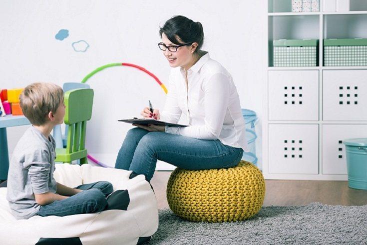 Muchos padres, familiares, amigos y conocidos tienen la tendencia de hablarle a los niños pequeños de un modo distinto
