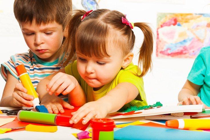 El no llevar al bebé a la guardería no quiere decir que no sea recomendable el que deba relacionarse con otros bebés de su misma edad