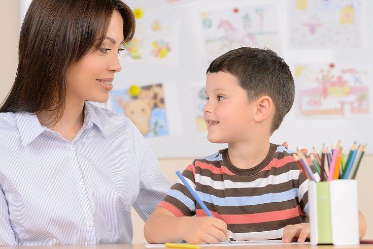 El sentarse y el dialogar con el pequeño es otra forma bastante aconsejable de reforzar la conducta positiva
