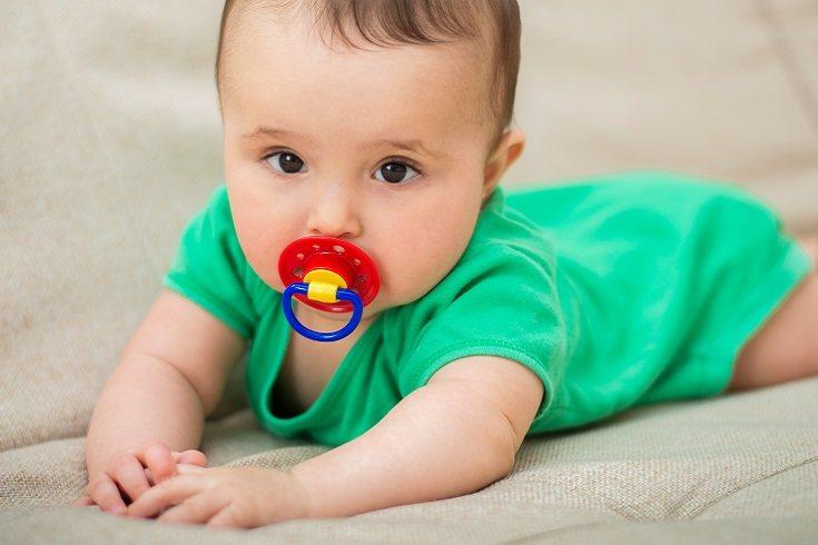 El principal beneficio de dormir con chupete es la calma que proporciona al propio bebé