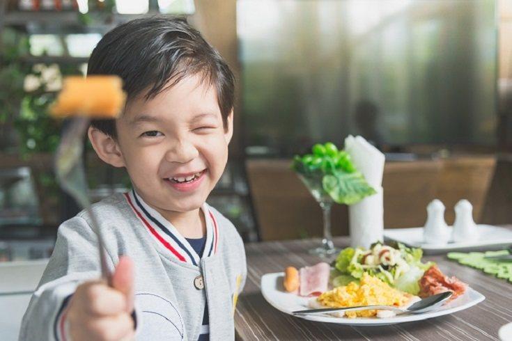 Las madres suelen preparar una pieza de fruta, una bebida saludable y a veces un regalo como una galleta o chocolate especial