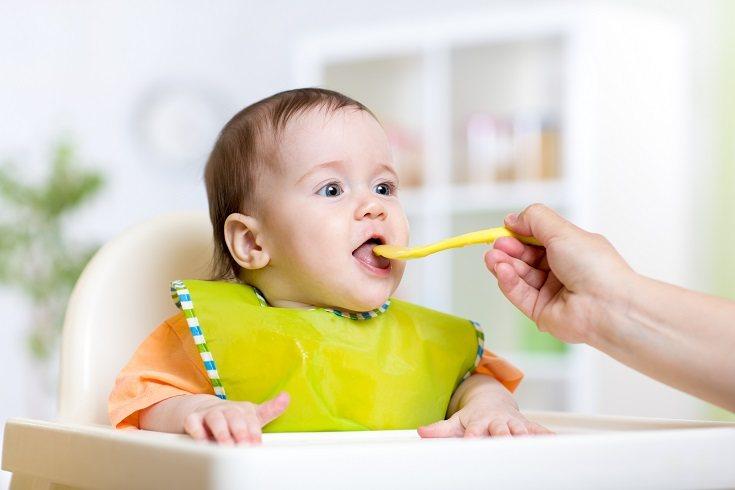 Los alimentos sólidos se deben introducir de forma gradual entre los 4 y los 6 meses
