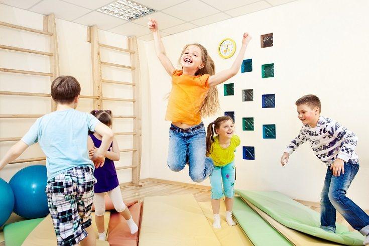 Un espacio de aprendizaje en el hogar es una forma increíble de dejar que tu hijo juegue y explore el mundo que le rodea
