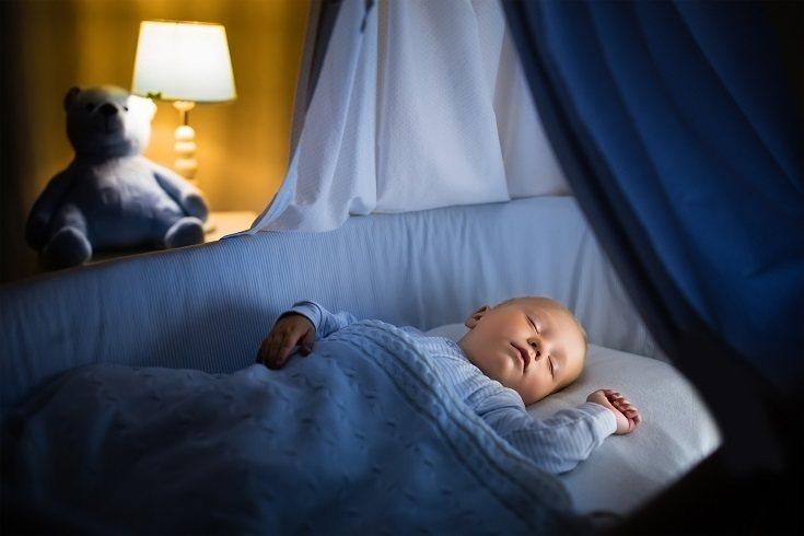 Una luz nocturna puede ayudar a tu pequeño a sentirse menos confundido y asustado