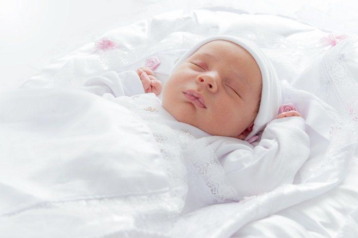 Lo normal es que los bebés de menos de un año lleguen a dormir unas seis siestas al día