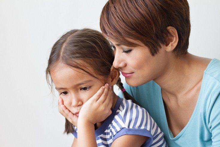 Reconoce que tus hijos mayores también pueden sufrir la pérdida del bebé contigo