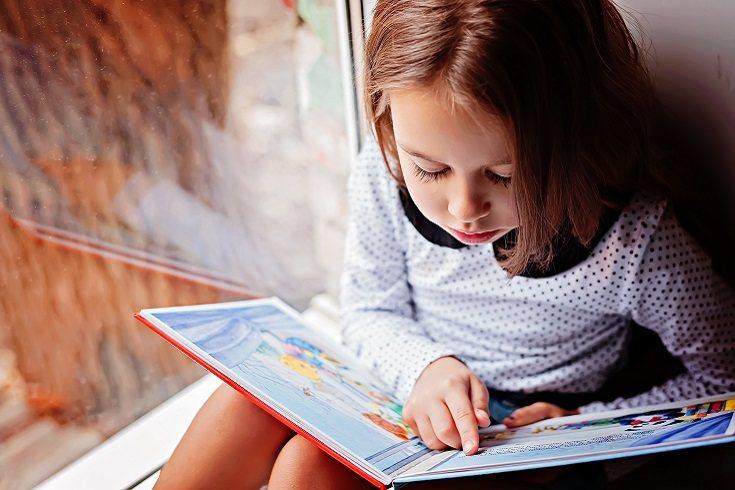 Tu hijo puede sentir mucho interés en la lectura, pero debes alentarle a descubrirlo