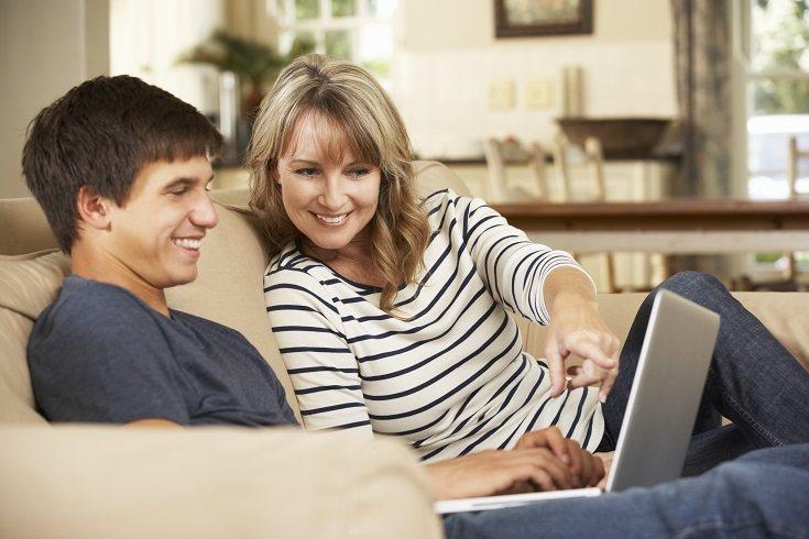 En ocasiones a los adolescentes eso de sentarse y hablar con sus padres no les motiva demasiado