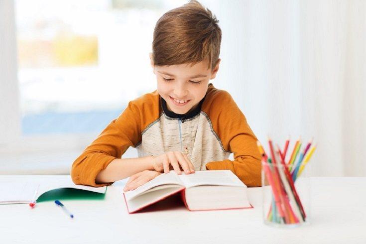 Los niños necesitan una guía inteligente, no alguien que les haga las tareas por ellos