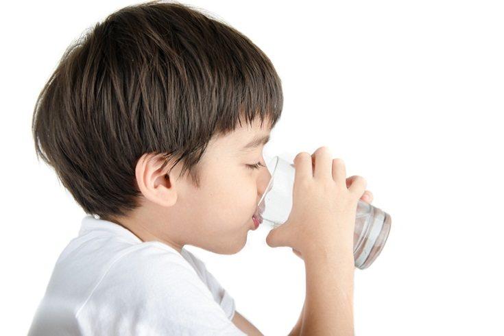 Hazle saber que beber más agua sea una buena política familiar
