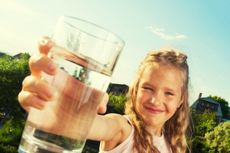 El agua es una opción de bebida perfecta tanto para adultos como para niños