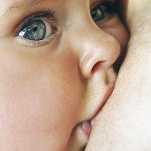 Dar el pecho cuando lo pida el bebé