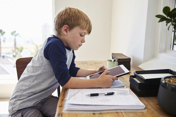 Los niños tienen acceso a los diferentes dispositivos electrónicos a una edad cada vez más temprana