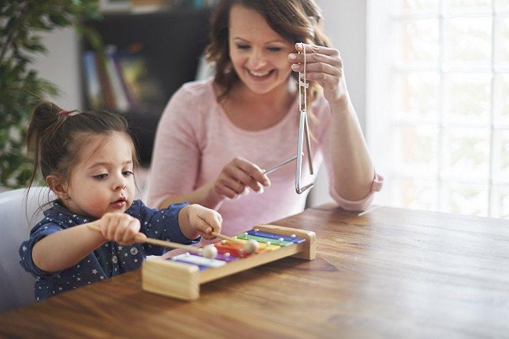 La razón por la que los bebés se despiertan tiene que ver con el papel que juega la música en la vinculación