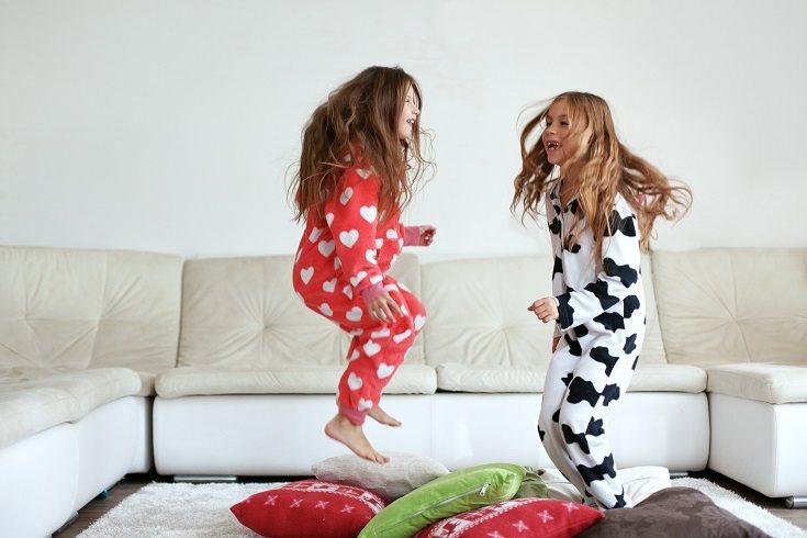 Los juegos de aros, de relevos, el juego del pañuelo son ideas estupendas para que los niños jueguen dentro del interior