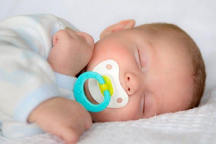 La frecuencia con la que necesitas reemplazar los chupetes depende de la frecuencia con que tu bebé los use