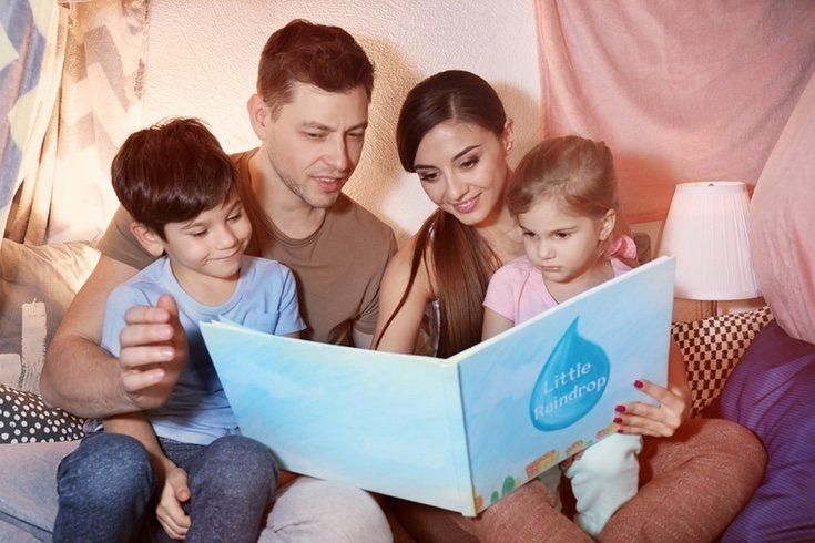 Leer cuentos en familia y con otros hermanos suele ser una práctica muy recomendada