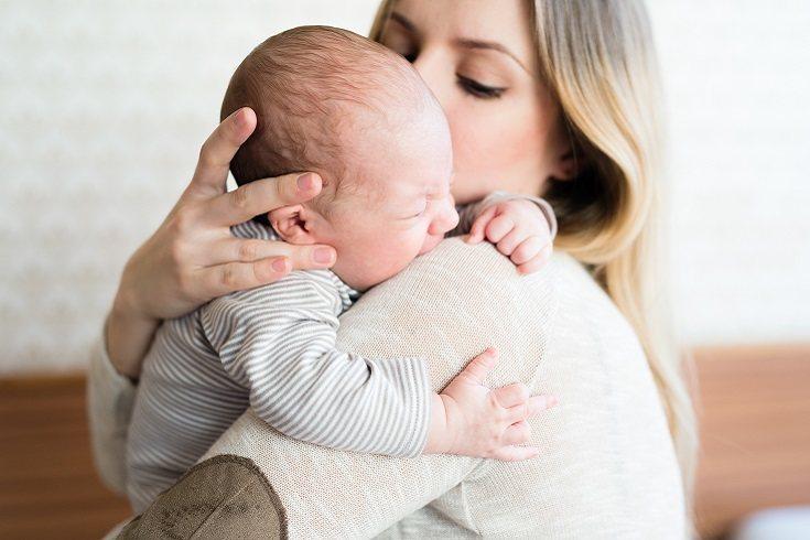Son muchas las madres que se quejan porque su bebé únicamente se queda dormido en los brazos