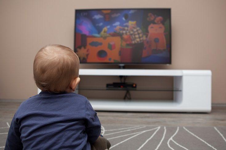 En el vídeo original aparecen niños cantando y bailando algo atrae a los peques de la casa