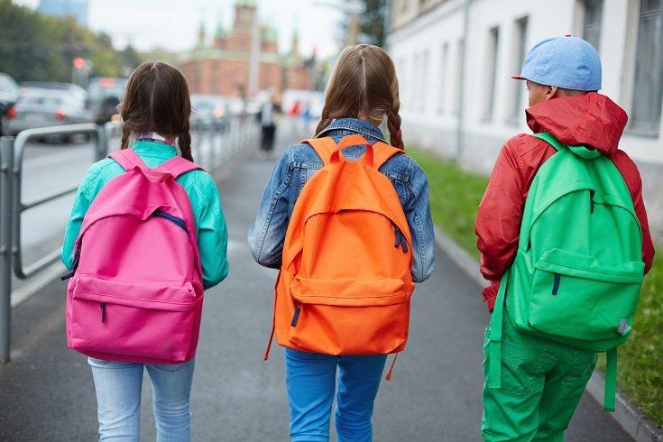 Llevar la mochila en un solo hombro fue una tendencia en épocas pasadas