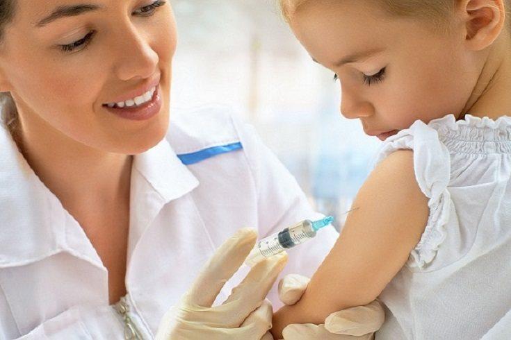 La vacuna contra la gripe o influenza se recomienda aplicar a todos los nos de 6 meses a 8 años
