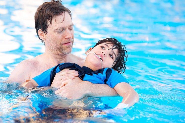 Los padres de niños sin discapacidad pueden contratar los servicios de una niñera