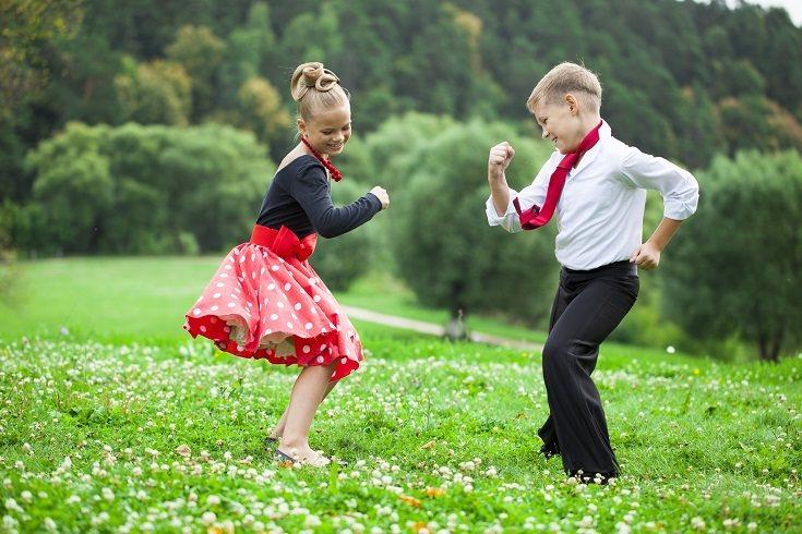 Hay muchas canciones que vienen acompañadas de fáciles y divertidos bailes