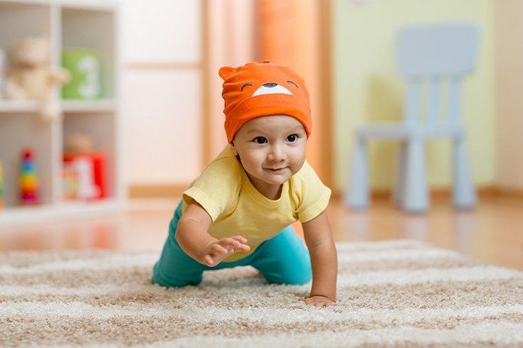 Ponte a cuatro patas de tu bebé y ponte cojines para jugar dentro de casa