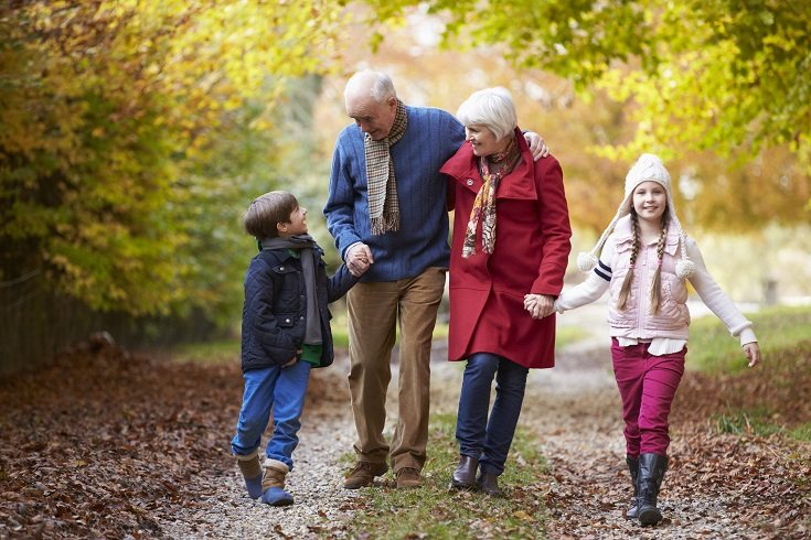 Los abuelos pueden ser grandes maestros de sus nietos de muchas formas
