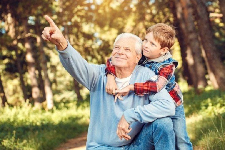 La mayoría de losabuelos disfrutan dando regalos a sus nietos