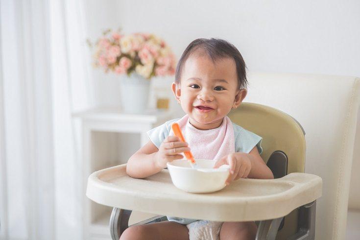 La mayoría de los niños estarán listos para comenzar a utilizar la cuchara a partir de los 12 meses