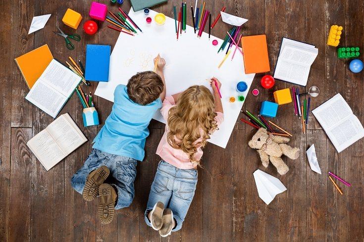 Los niños suelen jugar juntos en el juego paralelo