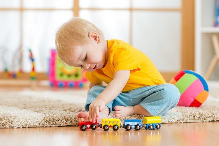 Al construir bloques los niños recrean escenas de su vida