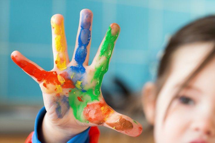 Los niños pequeños se benefician de descubrir el arte