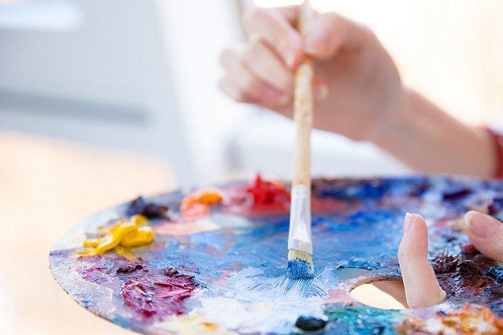 Los niños aprenden el arte usando su propia imaginación para crear
