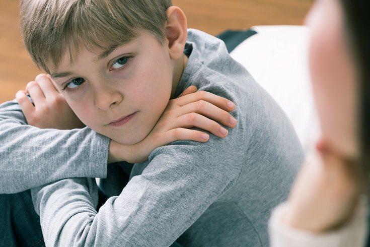 Es muy importante que el niño con mutismo selectivo sea tratado con normalidad