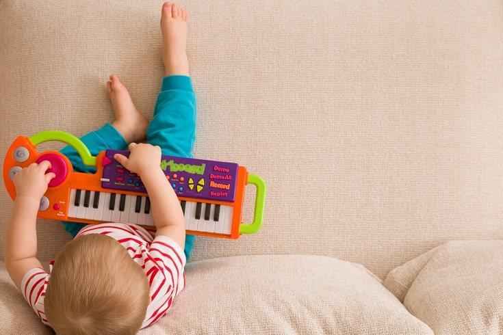 Los niños también pueden ponerse más hiperactivos, agresivos o emocionados cuando están sobreestimulados