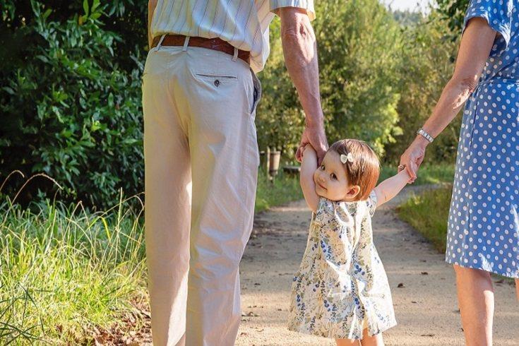 Son muchos los abuelos que deciden ayudar a los padres