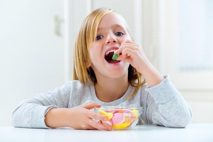 Los niños pequeños no deben tomar chicle porque no entienden que no deben tragarlo