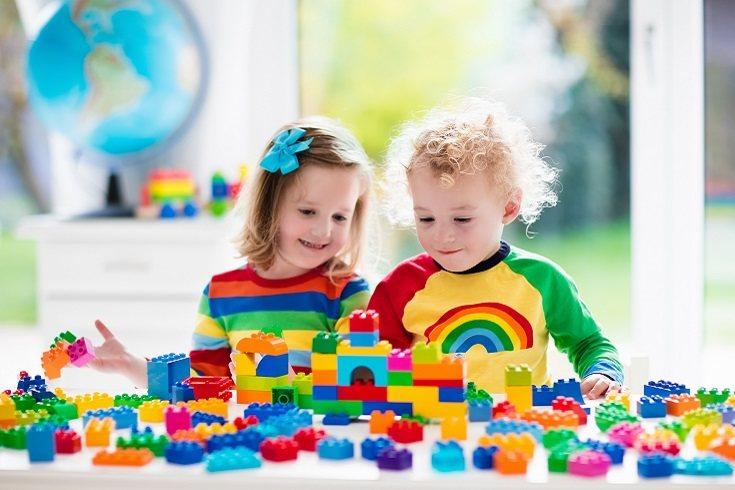 Los bebés más mayores disfrutarán clasificando objetos por colores, tamaños o formas