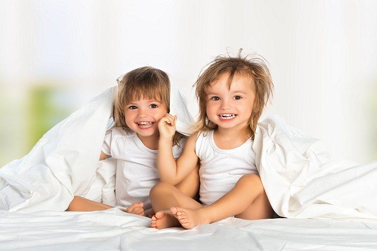 Los hermanos gemelos disfrutan de la compañía mutua como compañeros de juego