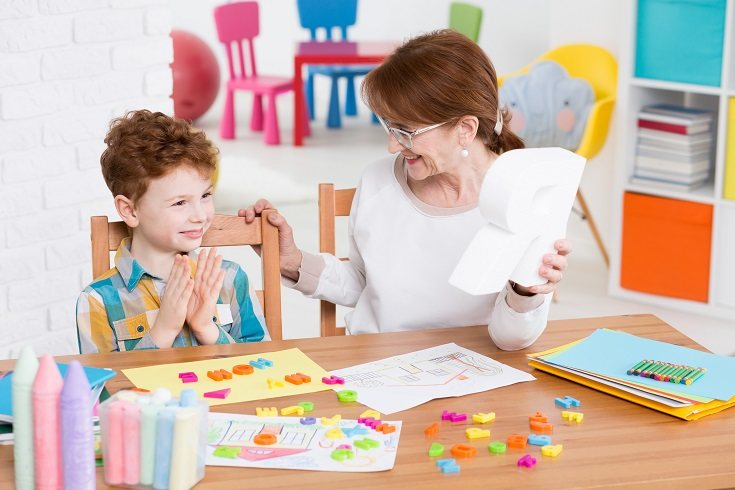 Habla con tu hijo y pídele directamente que use un tono de voz más suave