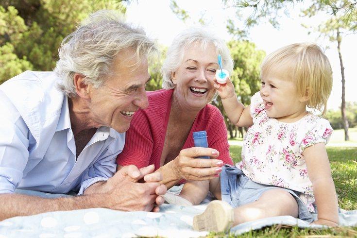 En el caso de los abuelos, los nietos son para ellos una manera de revivir su juventud
