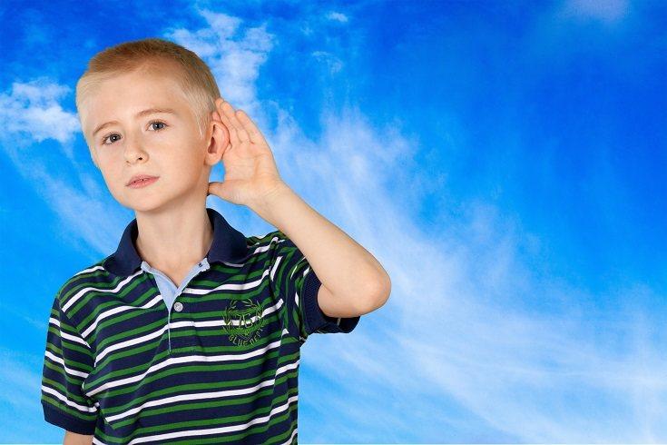 Los niños con discapacidad auditiva pueden parecer mareados