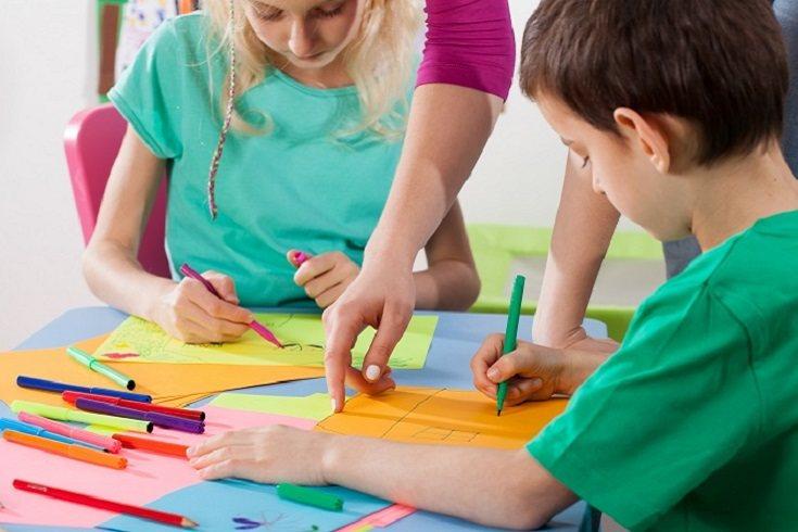Un niño con las manualidades también desarrolla habilidades para resolver problemas