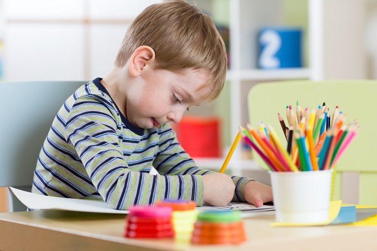 Es probable que el dibujo de un niño pequeño represente su estado de ánimo en ese momento exacto