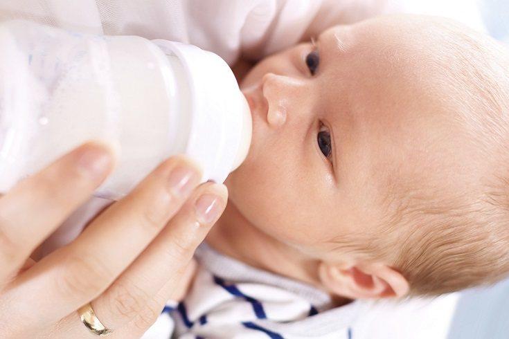 El peso del cereal ayuda a mantener la leche en el estómago de un bebé