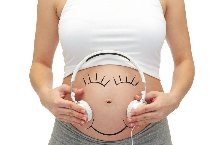 La primera forma de comunicación que puedes hacer es comunicándote verbalmente con tu bebé