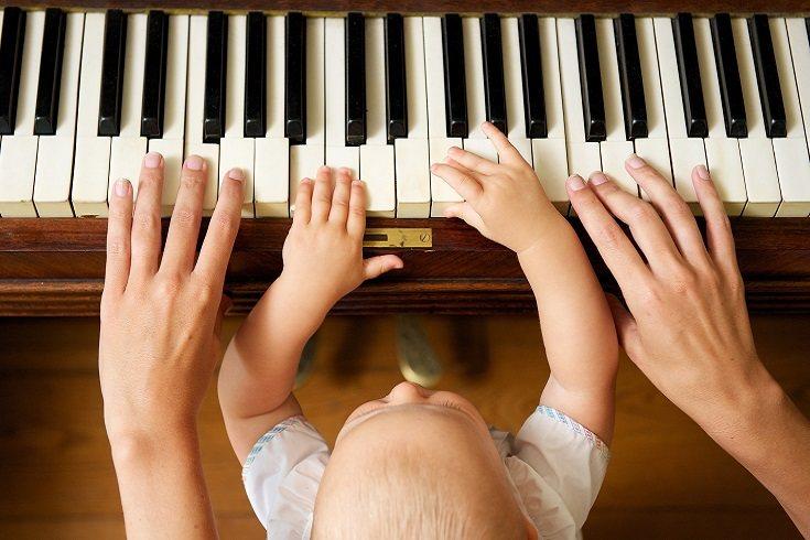 Tocar música proporciona experiencias estimulantes para niños pequeños
