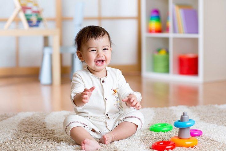 Intenta trabajar los brazos del bebé con algunos ejercicios simples que disfrutará